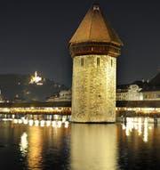 Der Wasserturm wurde bereits 2011 nach dem Plan Lumière neu beleuchtet. (Bild: Nadia Schärli/Archivbild)