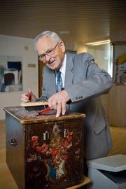 Eine heisse Angelegenheit: Josef Baumgartner zeigt, wie früher die Wahlurnen versiegelt wurden. (Bild Manuela Jans)