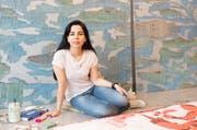 Die iranische Künstlerin Samira Hodaei bei der Arbeit in Emmenbrücke. (Bild: PD)