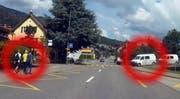 Links die Jugendlichen, rechts die Busse der Polizeigrenadiere. (Bild: Bote der Urschweiz)