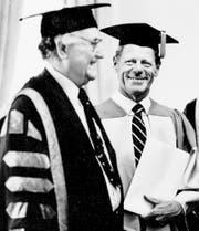 Hans Küng (rechts) erhält 1984 in Toronto einen Ehrendoktortitel. (Bild: Tony Bock/Getty)