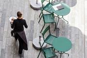 Leere Tische, der Horror eines jeden Wirts: im Bild eine Serviceangestellte in einem Restaurant in Zürich. (Bild: Keystone/Christian Beutler)