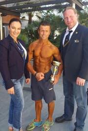 Urs Zumstein präsentiert den Pokal für Rang 5. Weiter auf dem Bild sind Sonia Carill, internationale Teambetreuerin sowie Beat Geser, Präsident des Schweizerischen Bodybuilding und Fitnessverbandes. (Bild: PD)