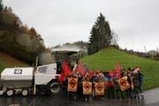 Jungsozialisten und Jungsozialistinnen protestieren gegen die Pauschalbesteuerung in Engelberg. (Bild: pd)