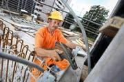 Die Brun AG in Emmenbrücke schätzt ältere Mitarbeiter und sucht sie bewusst auf dem Arbeitsmarkt. Im Bild der Angestellte Anton Krummenacher (55) auf der Baustelle der Augenklinik des Kantonsspitals Luzern. (Bild Philipp Schmidli)