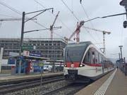 Zu schmal, kaum überdeckt – die Perrons des heutigen Bahnhofs Kriens Mattenhof. (Bild: Roman Hodel (Kriens, 8. Februar 2018))