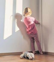 Viele Kinder wachsen in problematischen Familien auf. Um aber richtig zu helfen, müssen die Behörden auch die weichen Faktoren berücksichtigen, sagt Allan Guggenbühl. (Bild: Christof Schürpf/Keystone)