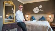 Pascal Sidler in einem Zimmer des Hotels Schweizerhof. (Bild: Dominik Wunderli (Luzern, 8. Juli 2017))