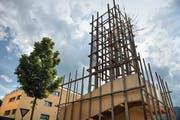 Der 15 Meter hohe «Leuchtturm» im Zentrum von Horw. (Bild: Nadia Schärli (Neue LZ))