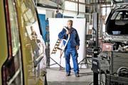 Rudolf Schweizer (52), der für die parteilosen Schweizer antritt, in seiner Werkstatt in Obernau. Er zeigt uns seinen Holzschlitten, den er als Kind brauchte, um Strassen hinunterzurasen. (Bild Nadia Schärli)