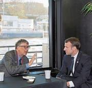 Emmanuel Macron gestern in Paris im Gespräch mit Microsoft-Gründer Bill Gates. (Bild: Ludovic Marin/EPA)