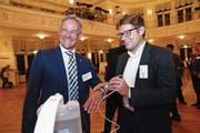 Matthias Michel (links) und Beat Moser mit dem preisgekrönten Wundreinigungsgerät. (Bild: Werner Schelbert (Zug, 9. November 2017))