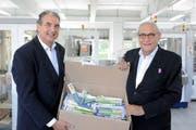 Setzen auf den Produktionsstandort Schweiz: Curaden-COO Marco Zavalloni (links) und Firmeninhaber Ueli Breitschmid in der neuen Fabrikhalle in Degersheim. (Bild: PD/Monique Wittwer)