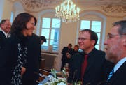 Esther Gasser nimmt die Gratulation von FDP-Kantonalpräsident Boris Camenzind (Mitte) und Fraktionschef Martin Ming entgegen, links hinter ihr steht der neue Landstatthalter Hans Wallimann. (Bild Markus von Rotz/Neue OZ)