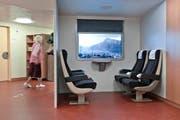 Im Kompetenzzentrum Demenz Bethlehemacker in Bern können Demenzkranke in einem nachgestellten Zugabteil virtuell von Bern nach Brig «fahren».