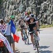 Das Leiden, wie hier am letzten Freitag in den Alpen, hat sich gelohnt: Der Roggliswiler Mathias Frank (vorne) schaut mit grosser Genugtuung auf die Tour de France zurück. (Bild: AP/Christophe Ena)