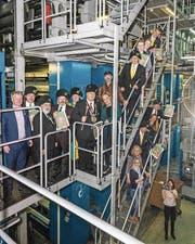 Die Fasnachtsgewaltigen und «Knallfrosch»-Verantwortlichen verfolgten den Andruck in der Druckerei in Adligenswil.