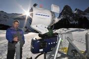 Toni Furrer bei der neuen Schneekanone. (Bild Urs Hanhart/Neue UZ)