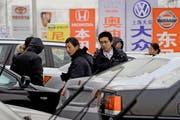 In China wurden in vergangenen Jahr 16,3 Millionen PKW verkauft. Das Bild zeigt Interessenten bei einem grossen Automarkt in Peking. (Bild: Keystone)