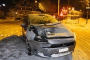 Das Auto weist Spuren der Streifkollision mit dem Zug auf. (Bild: Kantonspolizei Schwyz)