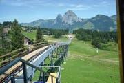Montierte Schienen auf der Brücke bei der Bergstation und auf der anschliessenden Schottertrasse. (Bild: PD)