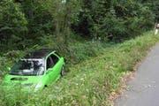 Goldau: Das Unfallauto landete in der Böschung. (Bild: Kantonspolizei Schwyz)