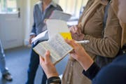 Teilnehmer eines Konversationskurses für Zugewanderte in Basel lernen Deutsch. (Bild: Keystone/Gaetan Bally)