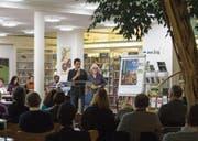 Lisa Palak-Otzoup (stehend) von der Jugendanimation Zug präsentiert die Autoren. (Bild: Maria Schmid (Zug, 17. November 2017))