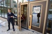 Der chinesische Investor Yunfeng Gao öffnet die Tür des neuen Ferien-Resorts Frutt Family Lodge. (Bild: Keystone / Urs Flüeler)