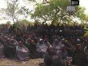 Dieses Bild ging vor rund drei Jahren um die Welt: Es zeigt einige der rund 200 entführten Mädchen aus Chibok. Nach langen Verhandlungen sollen Boko Haram nun Dutzende von ihnen freigelassen haben. (Bild: KEYSTONE/AP Militant Video/AP PHOTO)