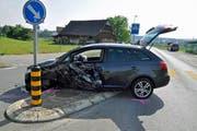 Dieses Auto erlitt Totalschaden. (Bild: Zuger Polizei)