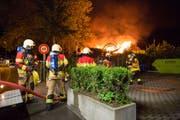 Mehrere Atemschutztrupps konnten das Feuer mit Druckleitungen schnell löschen. (Bild: Dani Hegglin/FFZ)