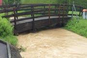 Kleine Nebenbäche, wie im Bild der Fisibach in Galgenen, führen üblicherweise kaum Wasser. Jetzt drohen sie zu überlaufen. (Bild: Kantonspolizei Schwyz)