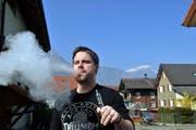 Christian Lusser, Geschäftsführer der Firma «StattQualm», mit seiner E-Zigarette. (Bild: Anian Heierli / Neue UZ)