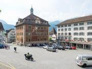 Im Rathaus zu Schwyz befindet sich der Gerichtssaal, in dem sich eine Frau wegen einer Beil-Attacke in ihrem Kosmetik-Salon verantworten musste. (Archivbild) (Bild: KEYSTONE/SIGI TISCHLER)