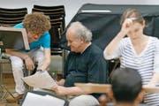 Ein Austausch über Generationen hinweg: Franz Rieks (18) und Wolfgang Rihm (64) in einer Probe des Komponisten-Seminars. (Bild Stefan Deuber)