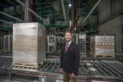 Trisa-CEO Adrian Pfenniger im neuen Hochregallager. (Bild Pius Amrein)