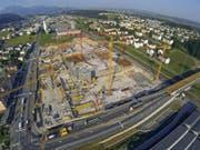 Blick auf die Baustelle der «Mall of Switzerland»: Im Vordergrund ist der Autobahnzubringer Rontal zu sehen. Hier kommt es ab dem 27. Juli zu Spurumlegungen. (Bild René Meier)