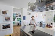 Yvonne Merz in ihrer Luzerner Stadtwohnung. Kahle Wände kennt die Kunstsammlerin nicht. (Bild Pius Amrein)