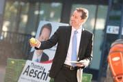 Im Vorfeld der natonalen Wahlen vom 18. Oktober verteilte Thomas Aeschi Äpfel. Nun soll er nach dem Willen der SVP des Kantons Zug Eveline Widmer-Schlumpf im Bundesrat ersetzen. (Bild: Maria Schmid/Neue ZZ)