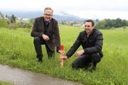 Hier entsteht der Golfplatz: Investor und Bauherr Josef Schuler (links) und sein Sohn Beat, welcher als Geschäftsleiter des Golfplatzes Meggen vorgesehen ist, haben symbolisch einen Pflock eingeschlagen. (Bild: PD)