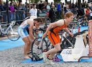 Jolanda Annen (rechts) startet aus der Wechselzone beim Zuger Zytturm-Triathlon. Links: die spätere Siegerin Nicola Spirig. (Bild Werner Schelbert)
