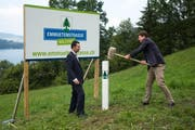 Gemeindepräsident Tobias Hürlimann schlägt zu: Symbolträchtig wird hier ein Pflock eingeschlagen. (Bild: PD)