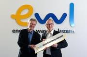 Stephan Marty, CEO der ewl (rechts) mit Stadtrat Adrian Borgula. (Bild: Nadia Schärli (Luzern, 22. November 2013))