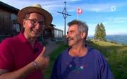 Präsentator Michael Friemel (links) scherzt mit Rigi-Alpkäser Franz Toni Kennel. (Bild: ARD)