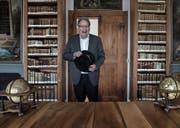 Pirmin Meier (70) in der Stiftsbibliothek Beromünster. Bild: Nadia Schärli (Beromünster, 22. Februar 2017)