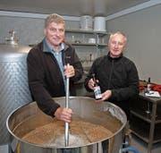 Brauereibesitzer und Gemeindepräsident Noldi Küttel (links) beim Einmaischen mit Vereinspräsident Beat Schenk. (Bild: Christoph Jud)