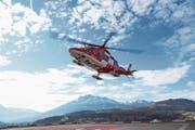 Ein Helikopter der Rettungsflugwacht landet auf dem Dach des Luzerner Kantonsspitals. Im Hintergrund der Pilatus. (Bild: PD/Rega)