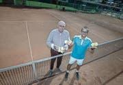 Bobi Bucher (links), Gründungsmitglied des Tennisclubs Ebikon, und der heutige Präsident Marco Kaufmann auf der Sportanlage Risch. (Bild: Pius Amrein (Ebikon, 5. Juli 2017))