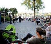 Die Gratis-Festivalreihe zog viele Besucher an und wird im 2014 fortgesetzt. Hier das Saxophonquartett clair-obscur bei der Buvette-Bar in Luzern. (Bild: Corinne Glanzmann / Neue LZ)